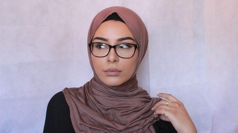45288b38dd5 Rata-rata wanita yang memakai kaca mata runsing atau keliru dengan gaya  tudung yang sesuai untuk digayakan. Kebanyakan wanita 'takut' penampilan  mereka ...